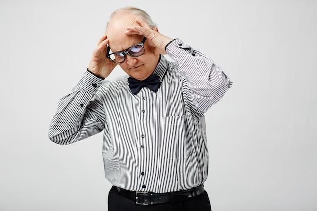 Hombre senior perplejo