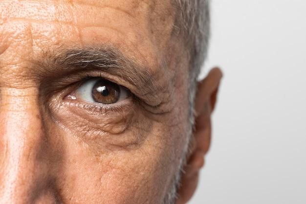 Hombre senior de primer plano con ojos marrones