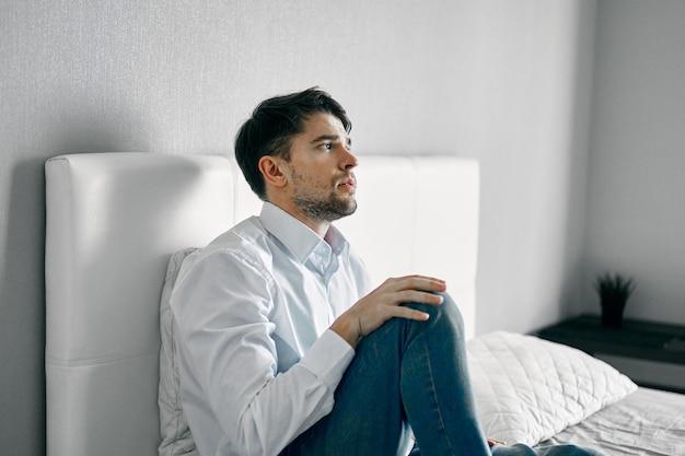 Hombre sentado en la cama soledad depresión interior