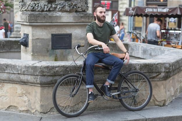Hombre sentado con su bicicleta