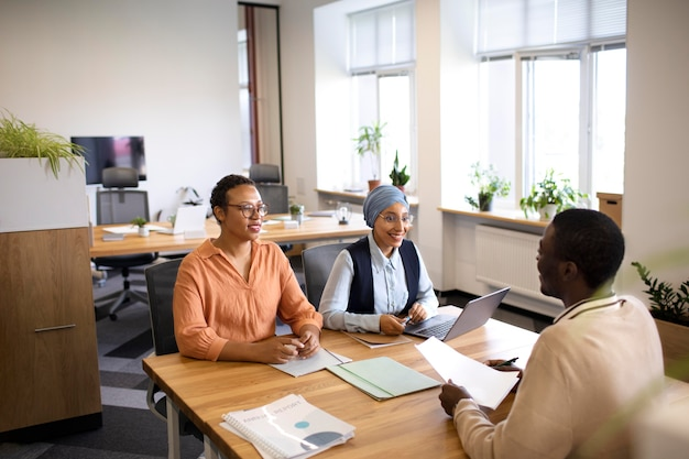 Hombre sentado para una entrevista de trabajo de oficina en el escritorio con sus empleadores