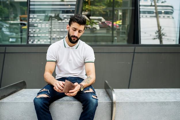 Hombre sentado revisando su dinero