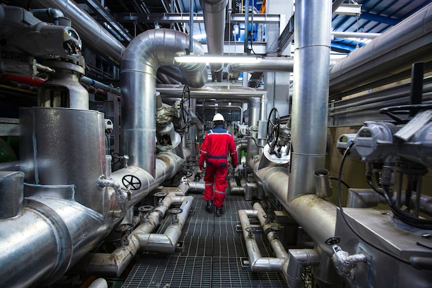 Hombre para ser trabajador inspección visual dentro de la válvula de la sala de control y plantas de energía de tuberías