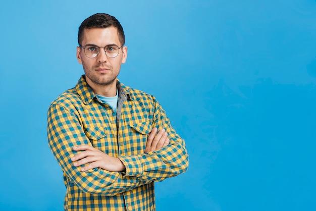 Hombre serio con gafas con espacio de copia