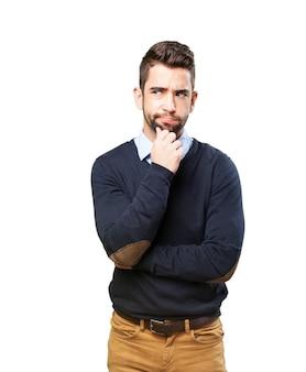 Hombre serio con la mano en la barbilla
