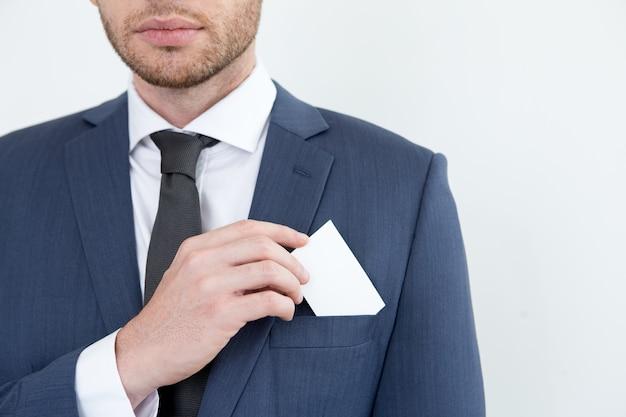 Hombre serio poner la tarjeta de visita en el bolsillo