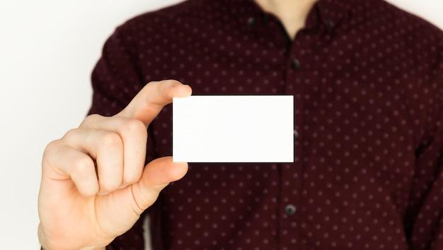 Hombre serio que sostiene un asiento vacío de tarjeta de visita libre