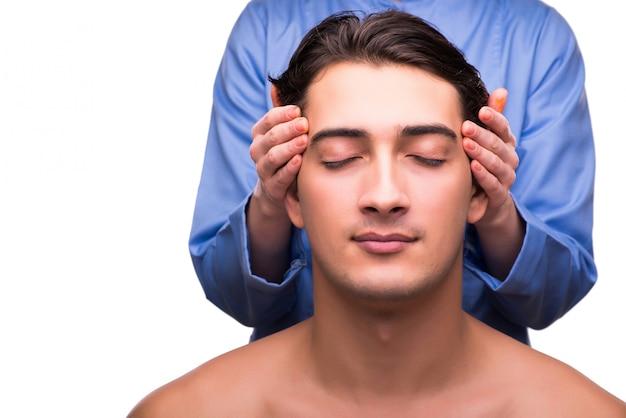 Hombre durante la sesión de masaje aislado en blanco
