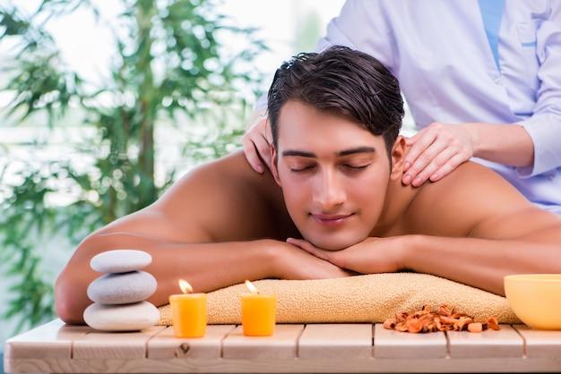 Hombre durante la sesión de masaje en el salón de spa