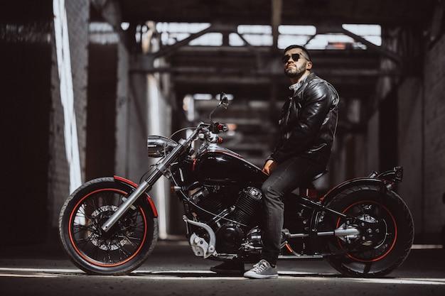 Hombre sexy guapo en moto