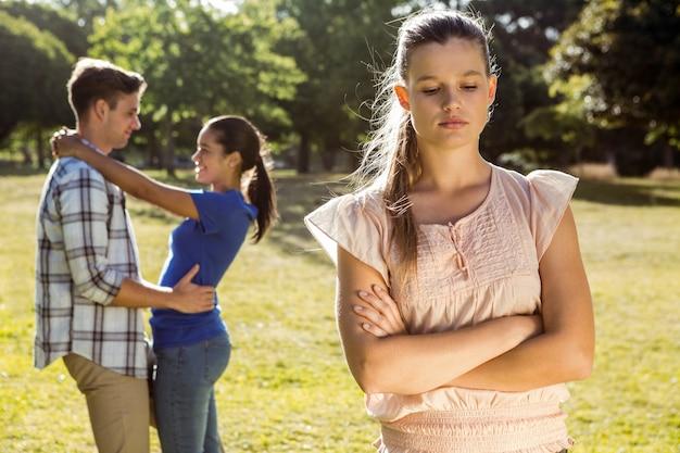 Hombre siendo infiel en el parque