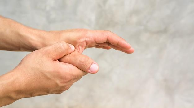 Hombre sintiendo dolor en la mano