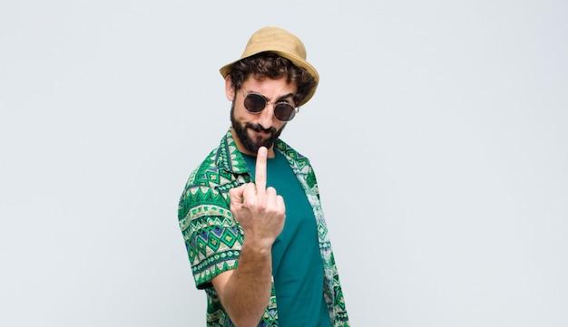 Hombre sintiéndose enojado, molesto, rebelde y agresivo, moviendo el dedo medio, luchando
