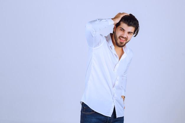 Hombre sintiéndose positivo y dando poses sonrientes.