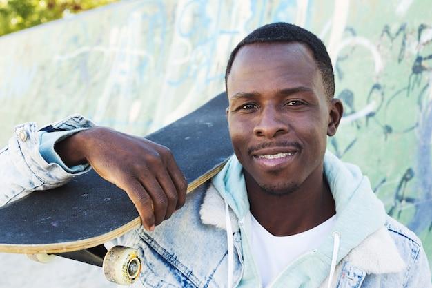 Hombre con skateboard en entorno urbano