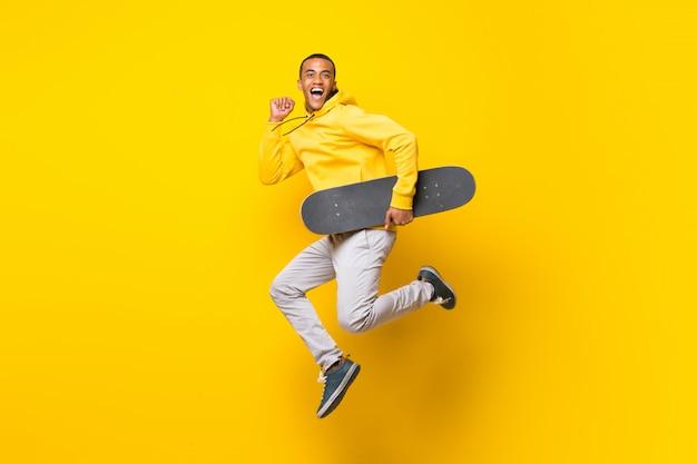 Hombre skater afroamericano