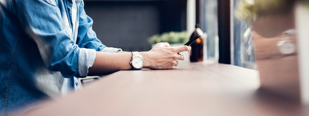 Hombre con smartphone, durante el tiempo libre. el concepto de usar el teléfono es esencial en la vida cotidiana.