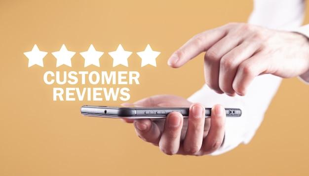 Hombre con smartphone. valoración de los clientes. concepto de negocio