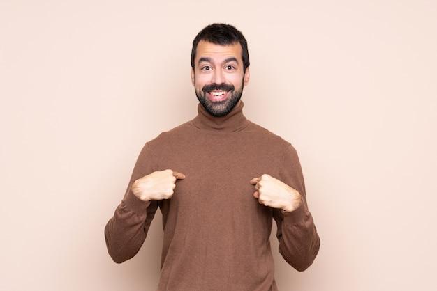Hombre sobre aislado con expresión facial sorpresa