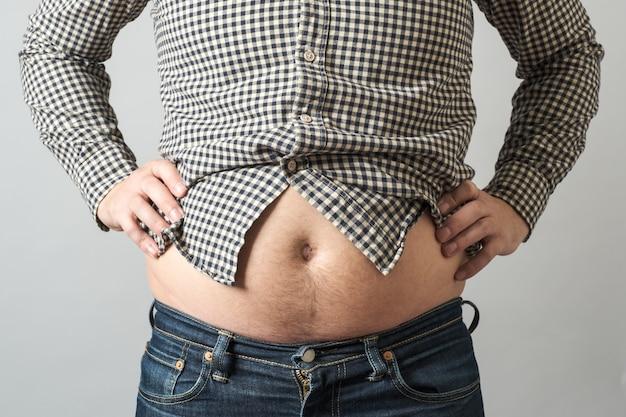Hombre con sobrepeso. concepto de barriga cervecera