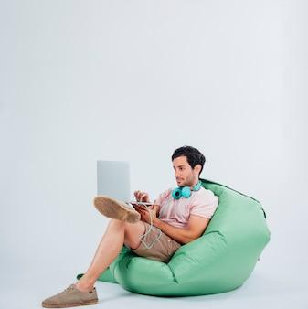 Hombre en sofá con portátil
