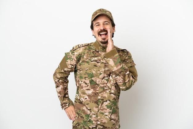 Hombre soldado aislado sobre fondo blanco gritando con la boca abierta