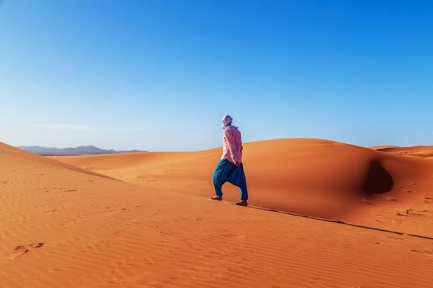 Hombre solitario en el desierto del sahara