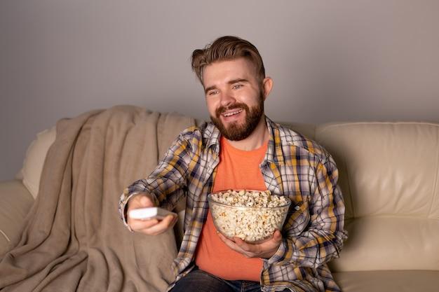 Hombre soltero en el sofá viendo la televisión