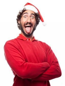 Hombre con el sombrero de papa noel sacando la lengua