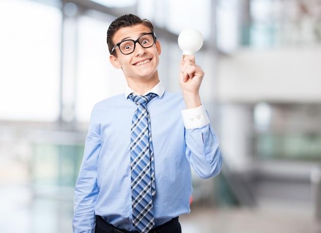 Hombre sonriendo con una bombilla