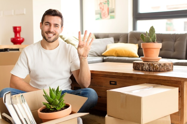 Hombre sonriendo y hombre con aspecto amistoso, mostrando el número cuatro o cuarto con la mano hacia adelante, contando hacia atrás
