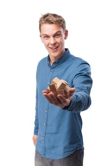 Hombre sonriendo con un juego de madera