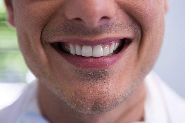 Hombre sonriendo en la oficina del dentista