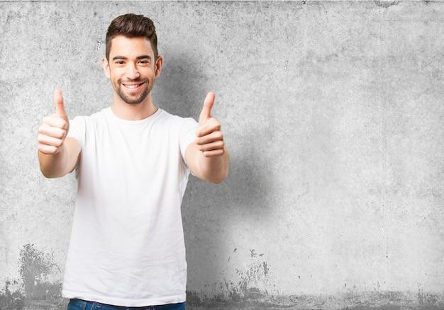 Hombre sonriendo con los pulgares arriba