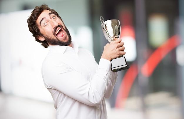 Hombre sonriendo con un trofeo