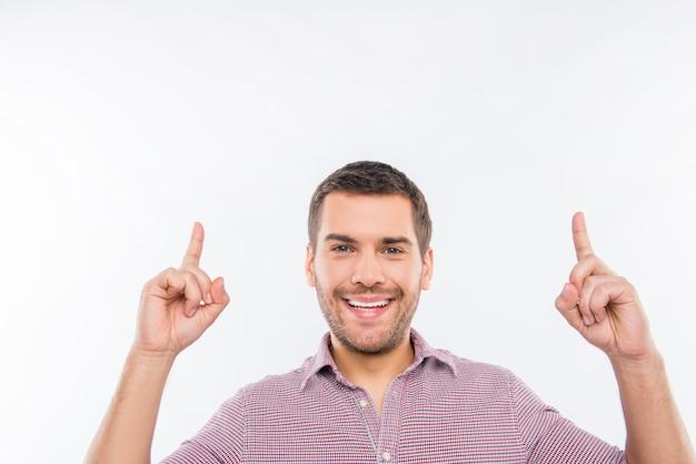 Hombre sonriente con una camisa roja