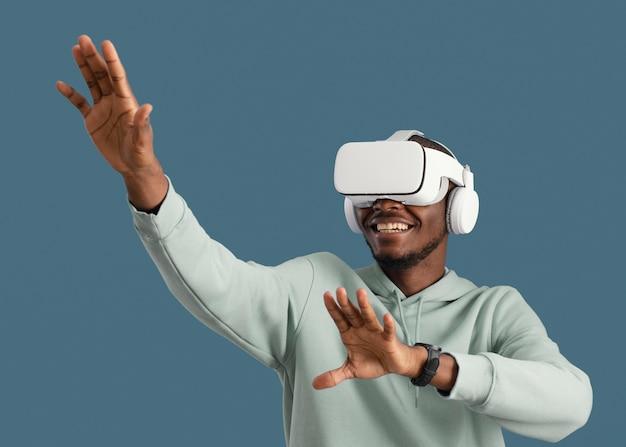 Hombre sonriente con casco de realidad virtual