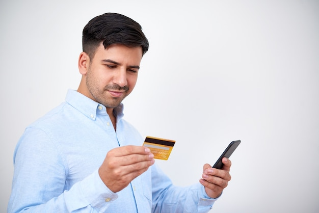 Hombre sonriente de compras a través de la aplicación móvil