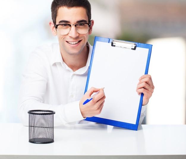 Hombre sonriente enseñando una tabla de comprobación