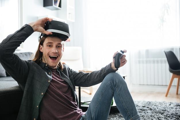 Hombre sonriente jugar juegos con gafas de realidad virtual 3d