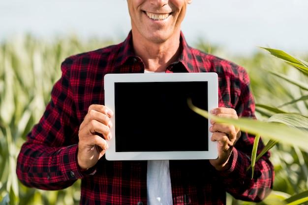 Hombre sonriente de maqueta con una tableta