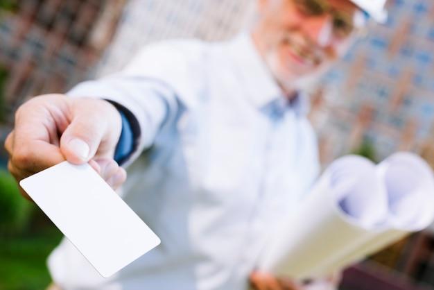 Hombre sonriente con maqueta de tarjeta de visita