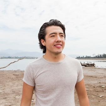 Hombre sonriente en el mar