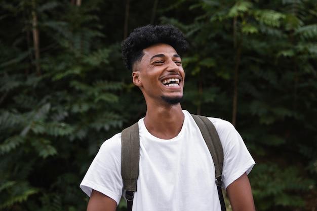 Hombre sonriente de mierda mediana con mochila