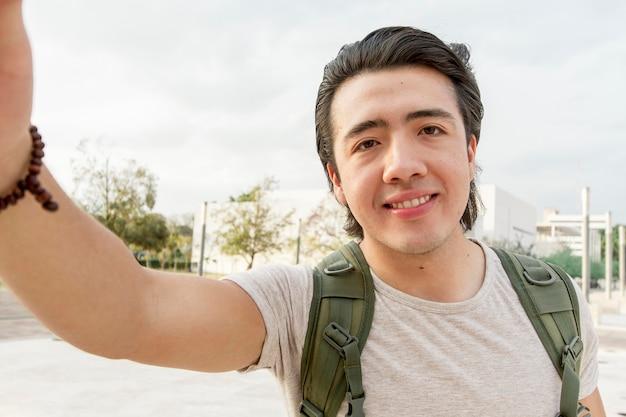 Hombre sonriente con mochila