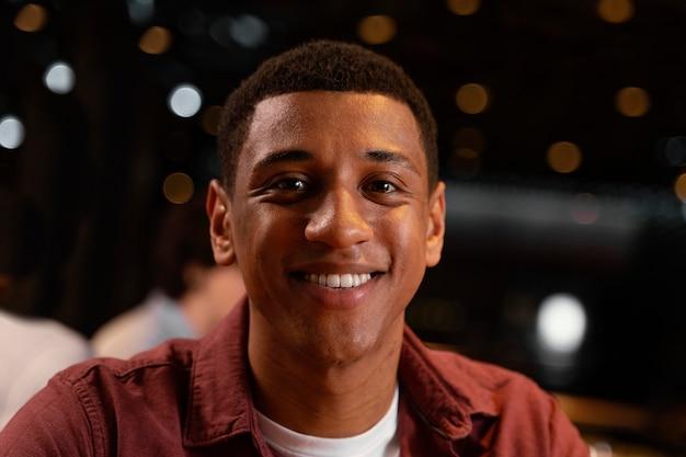 Hombre sonriente de primer plano en pub