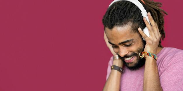 Hombre sonriente con rastas con auriculares con espacio de copia