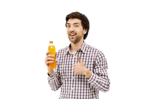 Hombre sonriente recomienda refresco