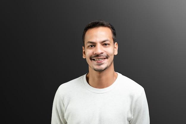 Hombre sonriente en retrato de camiseta de manga larga blanca