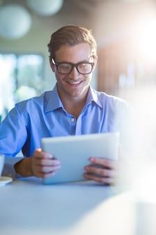 Hombre sonriente con tableta digital
